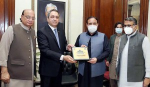LAHORE: October 26 – Dr. Rizwan Naseer presenting shield to Chief Minister Punjab Sardar Usman Buzdar which received rescue team from United Nations. APP