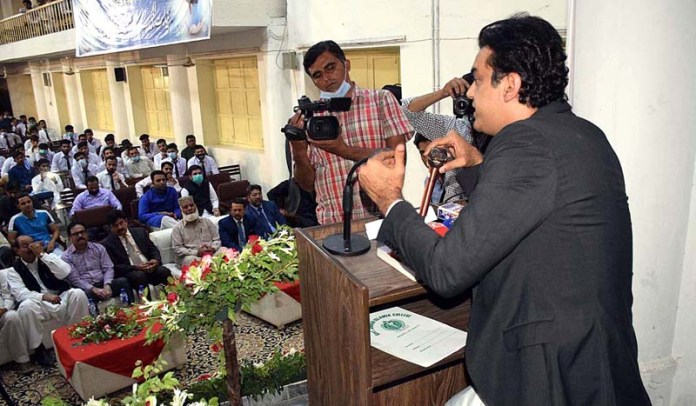 SIALKOT: October 24 – SPAM for Youth Affairs Muhammad Usman Dar addressing during the Orientation Day of BS 4th year degree progromme at Govt Jinnah Islamia College. APP Photo by Munir Butt