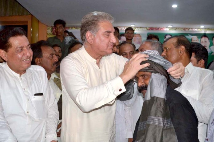 MULTAN: October 10 - Foreign Minister Makhdoom Shah Mahmood Hussain Qureshi to tie a turban of Traders during Oath Ceremony of newly elected body of members of Traders Old Shujabad Road. APP photo by Safdar Abbas