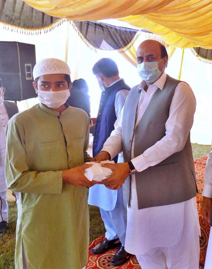 SIALKOT: October 30 – Punjab Minister for Special Education Ch. Muhammad Akhlaq distributing gifts among the prisoners at District Jail. APP Photo by Munir Butt