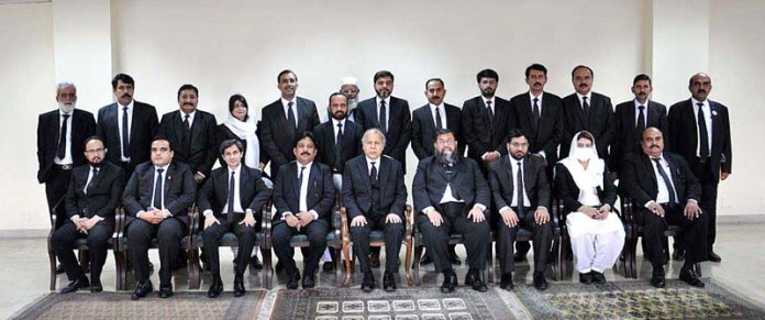ISLAMABAD: October 26 – Honourable Chief Justice of Pakistan Mr. Justice Gulzar Ahmed in a group photo with the delegation of High Court Bar Association Bahawalpur in Supreme Court. APP