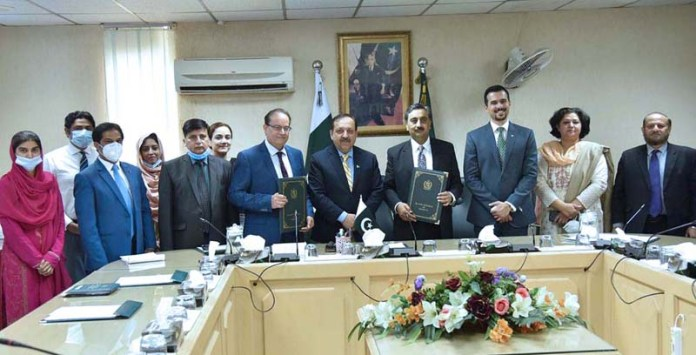 ISLAMABAD: October 29 - Secretary Ministry of Information and Broadcasting Akbar Durrani in a group photo during the MoU signing ceremony between Ministry of Information and Research Society of International Law. APP