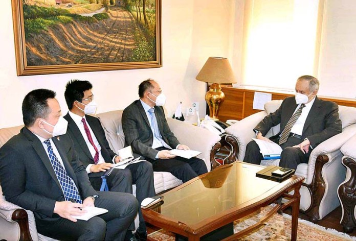 ISLAMABAD: October 28 - Chinese Commercial Counselor called on Advisor to the Prime Minister on Commerce and Investment, Abdul Razak Dawood. APP