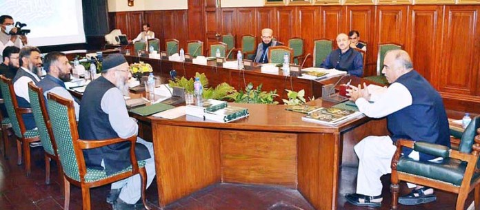 PESHAWAR: October 28 - Governor Khyber Pakhtunkhwa Shah Farman talking with delegation of the IIM Foundation at Governor House. APP
