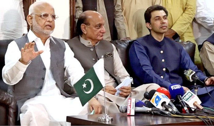 LAHORE: October 07 – Punjab Law Minister Raja Basharat and PTI leader Sadar Ejaz Ahmed Chaudhry addressing a joint press conference. APP photo by Ashraf Ch