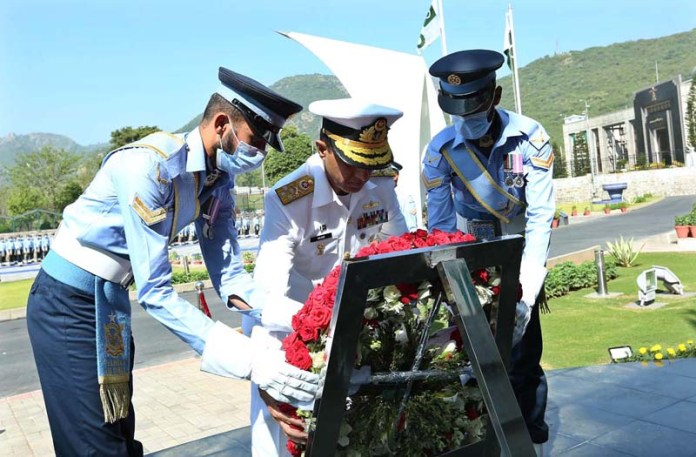 ISLAMABAD: October 15 - Admiral Muhammad Amjad Khan Niazi Chief of Naval Staff laying floral wreath at the Martyrs' Monument during his visit to Air Headquarter. APP