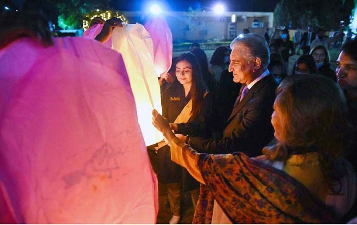 ISLAMABAD: October 27 - Foreign Minister Makhdoom Shah Mahmood Qureshi lit ''Lantern of Hope'' at occasion of Kashmir Black Day event at Ministry of Foreign Affairs. APP