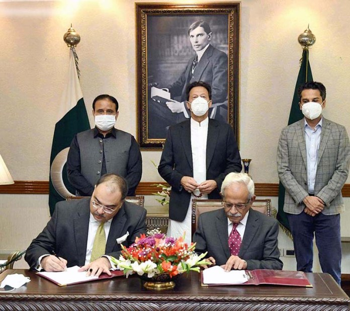 LAHORE: October 28 – Prime Minister Imran Khan witnessing signing of MoU between Ravi Urban Development Authority and Bank of Punjab. APP