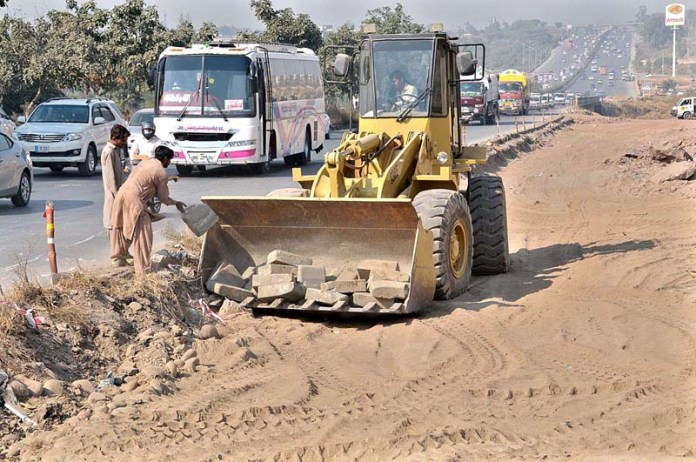 ISLAMABAD: November 08 - Labourers busy in extension work of Islamabad Expressway during development work in Federal Capital. APP photo by Saeed-ul-Mulk