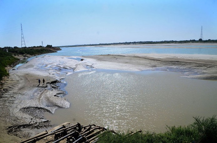 HYDERABAD: November 11 – A view of dry beds of Indus River at Husenabad area. APP photo by Farhan Khan