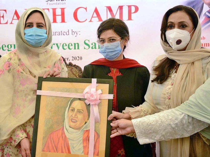 Begum Parveen Sarwar being presented portrait prepared by fine arts students by VC Prof Dr. Rubina Farooq during inauguration ceremony of Health Camp at Government College Women University Faisalabad (GCWUF)