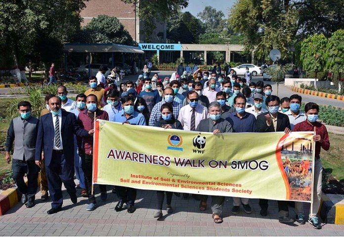 FAISALABAD: November 04 - Faculty members of University of Agriculture Faisalabad holding rally to create awareness about smog. APP photo by Tasawar Abbas