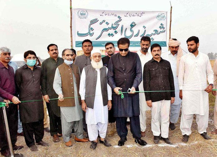 SHEIKHUPURA: November 08 - Special Assistant to the Prime Minister on Climate Change, Malik Amin Aslam Khan cutting ribbon to inaugurate the launching of Rice Straw Shredder and Happy Seeder Technology in Sheikhupura District of Punjab Province for controlling smog. APP