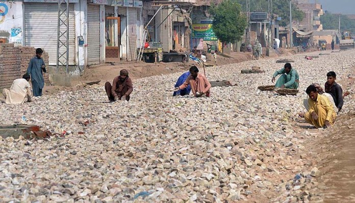 MULTAN: November 09 - Labourers busy in construction work of new Matti Tal Road. APP photo by Safdar Abbas