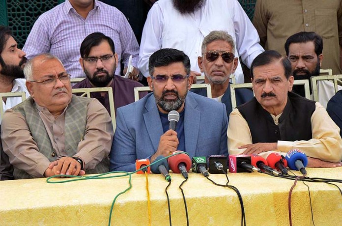 FAISALABAD: November 09 - Eng Hafiz Ihtesham Javaid President Faisalabad Chamber of Commerce and Industry (FCCI) addressing a press conference at Clock Tower. APP photo by Tasawar Abbas