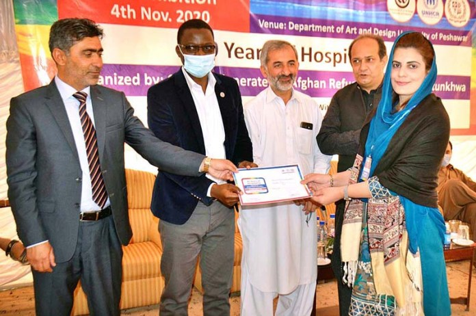 PESHAWAR: November 04 - Project Manager UNHCR Gabriel distributing certificates among the participants during Art & Painting Exhibition and Competition organized by Commissionerate for Afghan Refugees KP at Art and Design University. APP Photo by Shaheryar Anjum