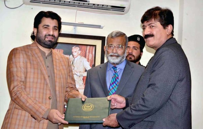 Quetta Nov 01 : Deputy Speaker Qasim Suri distributing certifications among Officers who completed course from NIM Quetta. . Photo By Mohsin Naseer