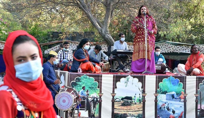 "ISLAMABAD: November 07 – An artist performing on folk song at a stall during Folk Festival of Pakistan ""LOK MELA"" at Lok Virsa Shakarparian. APP photo by Irfan Mahmood"