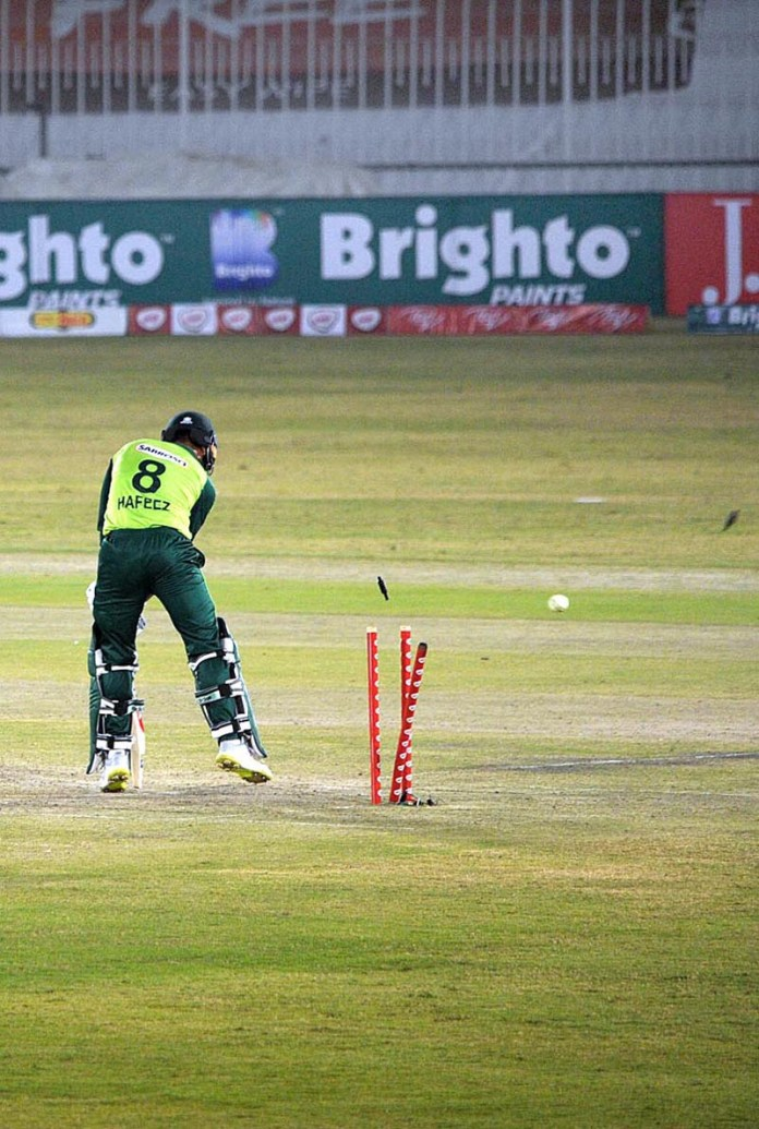 RAWALPINDI: November 07 - A view of cricket match playing between Pakistan and Zimbabwe teams during 1st T20 international (ODI) cricket match at Rawalpindi Cricket Stadium. APP photo by Abid Zia