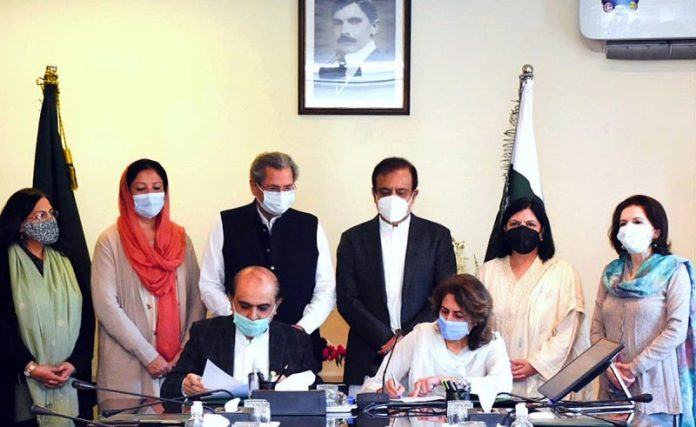 Education Ministry, Radio Pakistan signs MoU to launch 'Radio Schools'