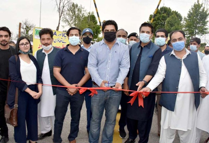 Special Assistant to Prime Minister on CDA Affairs Ali Nawaz Awan cutting ribbon to inaugurate Mobile Sasta Bazaar organized by ICT and CDA at Sports Complex