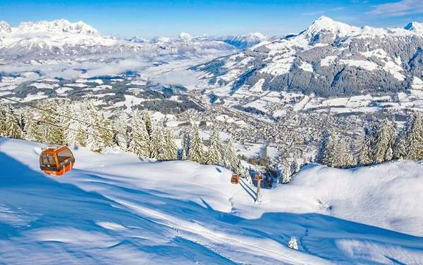Kitzbuhel par temps clair en hiver