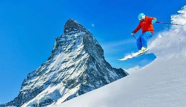 Un skieur dans la poudreuse près du Cervin à Zermatt