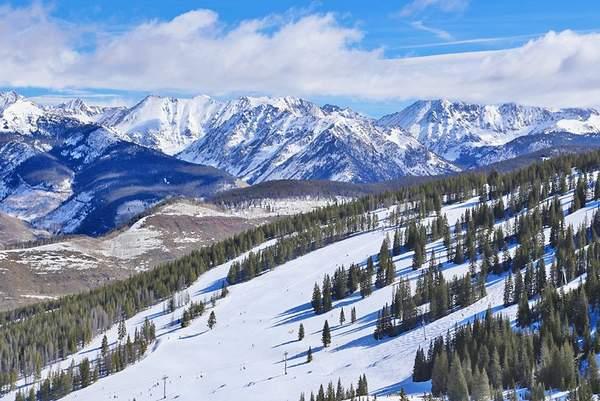 Pistes de ski de Vail avec la chaîne Gore au loin