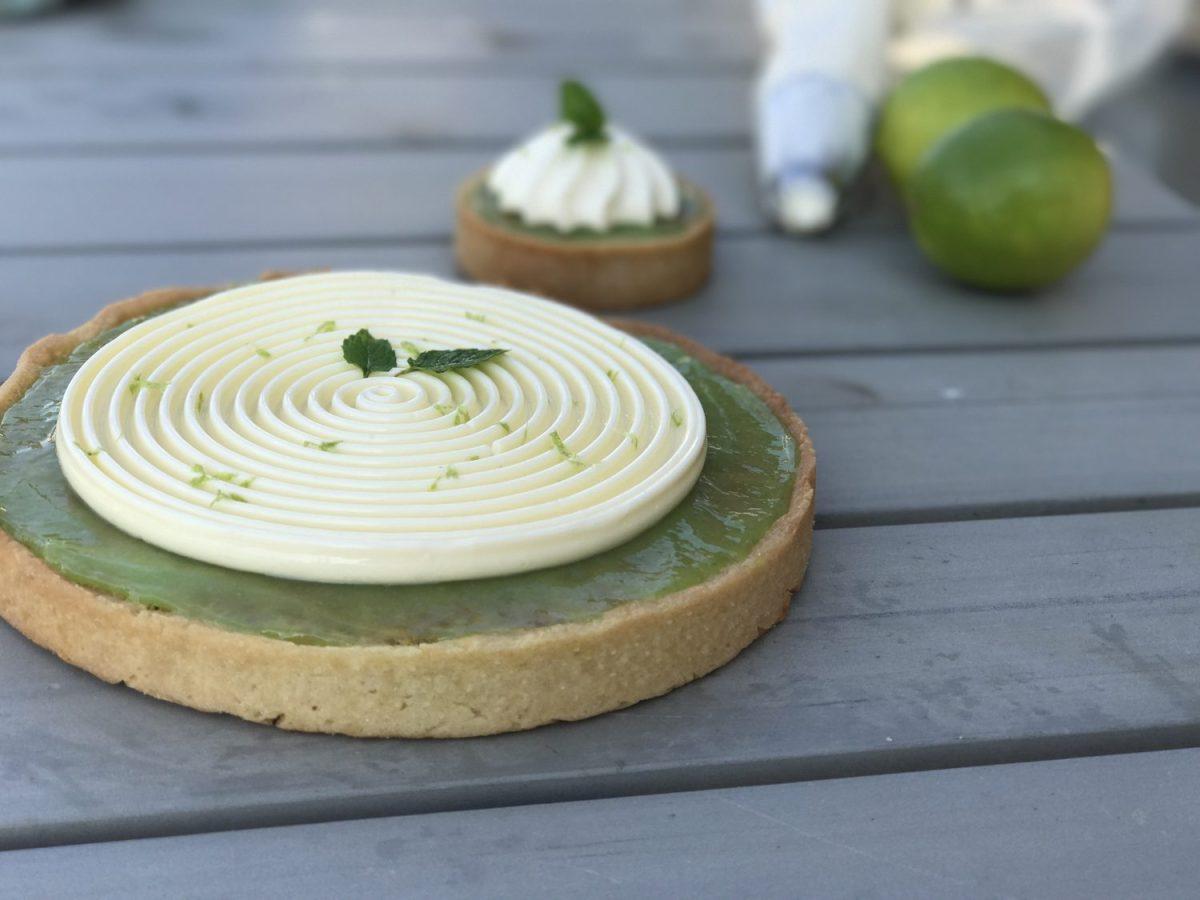 Limetærte med pistaciefrangipane og hvid chokoladecreme