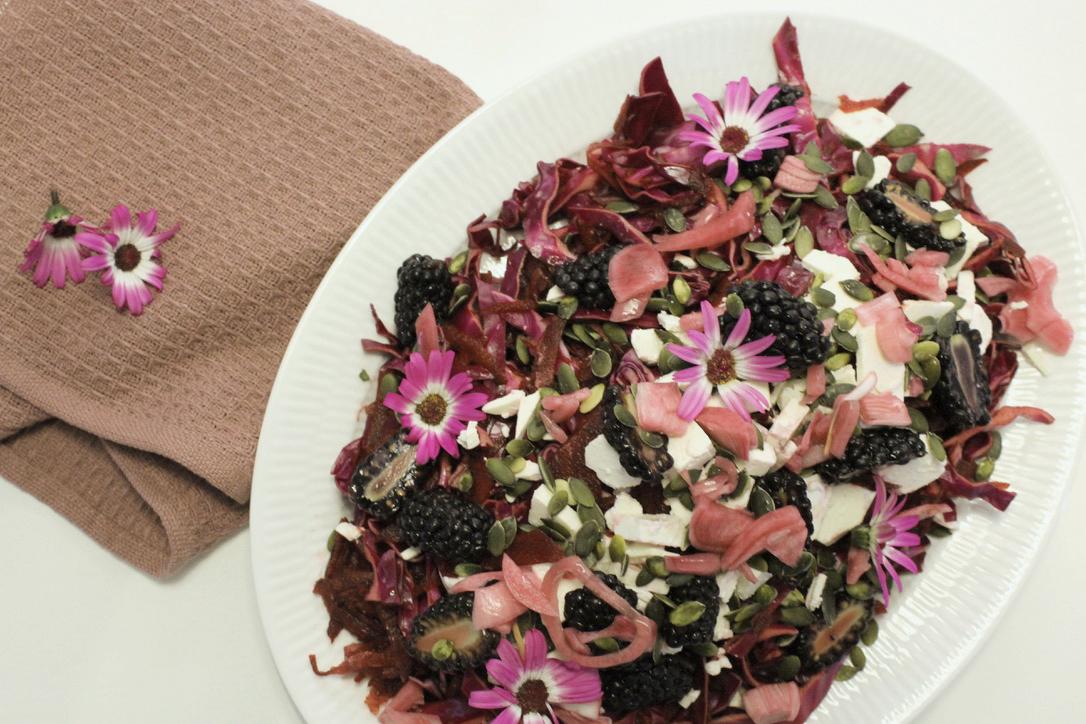 Sommersalat med spidskål, brombær og blommer