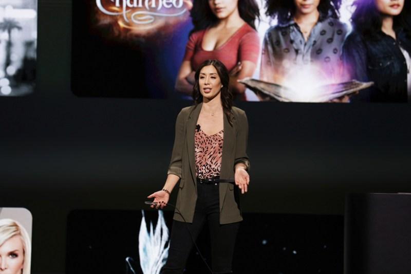 Cindy Lin en el escenario del Steve Jobs Theater, mostrando la nueva app Apple TV.