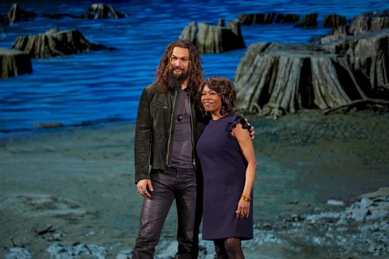 Jason Momoa y Alfre Woodard en el escenario del Steve Jobs Theater.