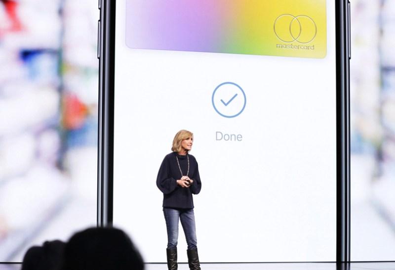 Jennifer Bailey en el escenario del Steve Jobs Theater.