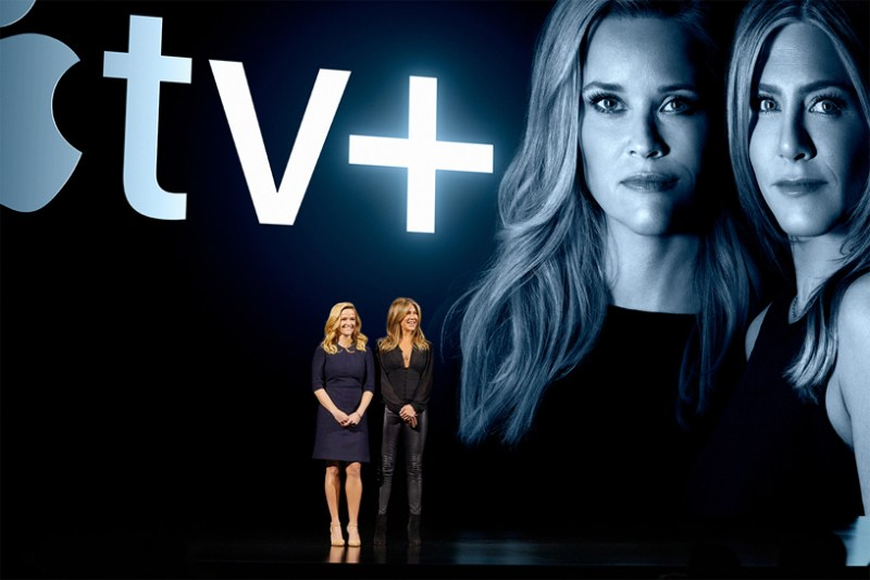 Reese Witherspoon y Jennifer Aniston en el escenario del Steve Jobs Theater.