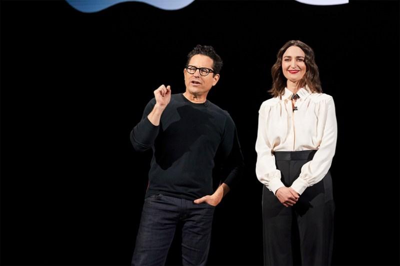J.J. Abrams y Sara Bareilles en el escenario del Steve Jobs Theater.