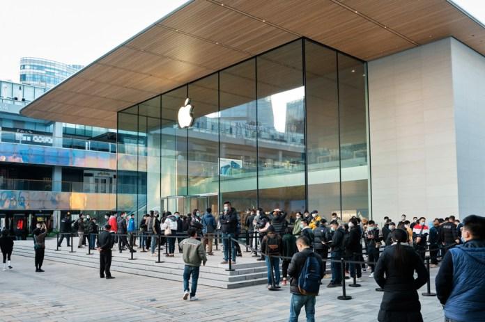 Una folla di clienti in fila fuori da Apple Sanlitun per acquistare iPhone 12 Pro Max e iPhone 12 mini.