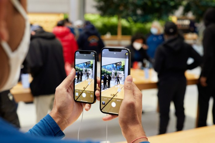 I dipendenti Apple confrontano le fotocamere di iPhone 12 Pro Max e iPhone 12 mini.