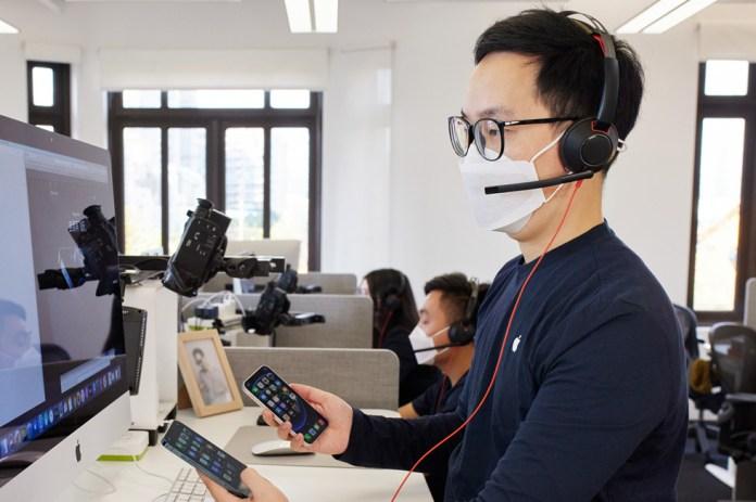 Un dipendente del team Apple online al call center di Shanghai parla dei nuovi modelli di iPhone 12 con un cliente.
