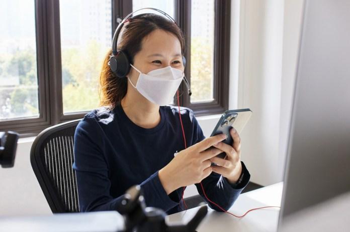 Una dipendente del team Apple online al call center di Shanghai offre assistenza su iPhone 12 Pro Max.