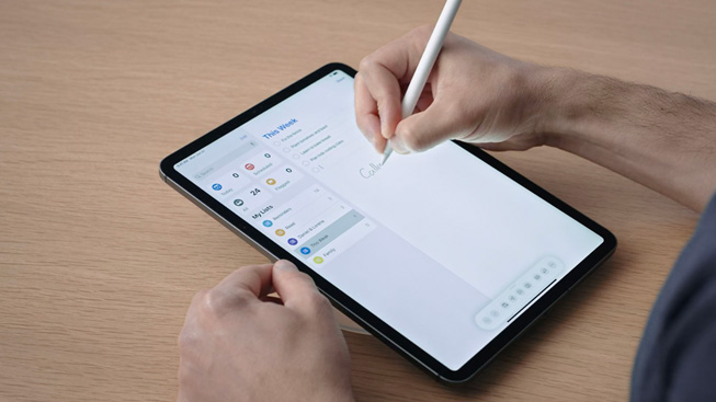Un utente scrive su iPad Pro con Apple Pencil.