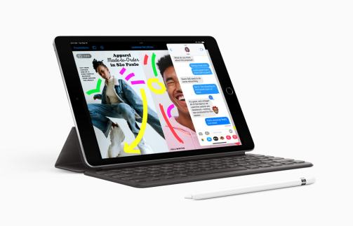 The new iPad with Apple Pencil (1st generation) and the Smart Keyboard.