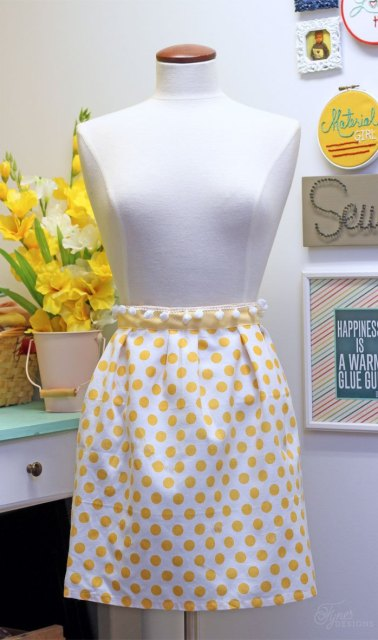 10+ adorable, useful and free DIY sewing projects for your kitchen. All include a free sewing pattern and nearly all are beginner-friendly tutorials. They make super handy DIY gifts for friends, for housewarming parties, and for your own kitchen decoration.​