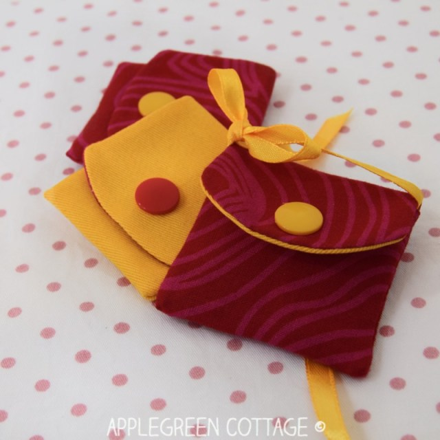 Free sewing pattern for an easy sewing project with scraps, a tiny fabric pouch that can be used as DIY gift wrap, as doll bag pattern, or as keyholder idea. Use this free pattern and make a few - it's an easy sew pattern for beginners that only requires scrap fabric.