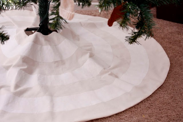 Tree skirt free patterns and over 40 tutorials for you to sew a Christmas tree skirt.