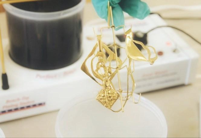 Comment faire dorer ou plaquer or ses bijoux ? Galvanoplastie, traitement par électrolyse ou encore feuilles d'or ?