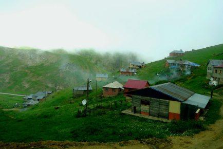 Petit village perdu dans les nuages