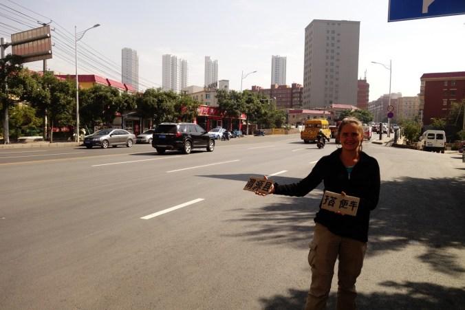 Double pancarte - le nom de la ville et Autostop