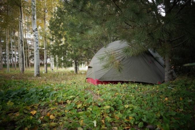 On planque la tente en ville