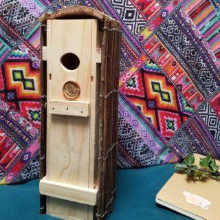Mon père m'a fabriqué un nichoir à partir de matériaux de récup... Est ce que vous devinez de quoi il s'agit (ok, ce n'est pas la devinette du siècle 😁) ?  Si je vous le partage, c'est parce qu'il est le résultat d'années d'expérience dans la fabrication de maisons d'oiseaux :  👉 Le trou a un diamètre de 3cm, idéal pour le passage des mésanges, moineaux... 👉 La porte coulisse vers le haut pour permettre le nettoyage (en hiver uniquement). 👉 Le tasseau du haut permet de faire glisser la porte facilement, celui du bas vient buter sur le toit d'écorce pour qu'elle ne s'enlève pas. 👉 Un petit tasseau est placé à l'intérieur (dans les encoches pré-existantes) pour que les chats ne puissent pas attraper le nid en passant la patte. 👉 Enfin, la cabane est placée dans un coin tranquille en hauteur, face à l'est.  Voilà, vous connaissez les secrets du nichoir ultime. Faites-en bon usage 😉 __________________________________ #diy #tuto #nichoir #recycle #naturelovers #upcycling #reuse #faitmain #oiseaux #recup #birdhouse #naturelovers #maviecreative