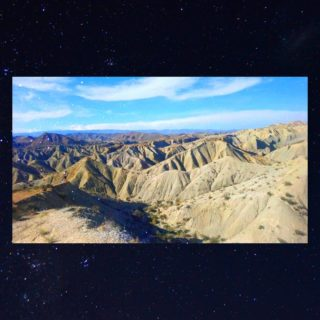 """Non, cette photo n'est pas prise au Chili... Oui, j'ai une légère addiction aux déserts 😅  Si vous avez vu ma dernière vidéo sur notre road-trip au Chili (avec son), vous savez sûrement que j'ai ajouté quelque chose au montage... ma voix!  Depuis quelques temps j'ai envie de raconter les voyages plus que de les montrer (j'ai d'ailleurs fait un dossier Carnets de voyage dans la fonction """"guides"""" 😉)... Mais ma façon de parler n'est pas des plus compréhensibles (bonjour l'accent 😅) et, comme tout le monde, je n'aime pas ma voix. Bref, j'hésite.  J'ai fait ce petit test pour vous demander : voix off ou pas? Je raconte mes carnets de voyage en vidéo, ou je les laisse sur papier? Dites moi ça en commentaires 🙏  📷 Photo prise pendant notre road trip le long de la côte est espagnole (dont j'ai plein de vidéos jamais partagées)... Qui saura retrouver le petit Benjamin? 😁 __________________________________ #desert #voyage #travel #roadtrip #desierto #tabernas #almeria #andalucia #ontheroad #tabernasdesert #intothewild #lonelyplanetfr #experienceroutard"""